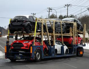 トヨタ自動車東日本岩手工場で生産が始まり、トラックで運ばれる新型ヤリス=10日、金ケ崎町内