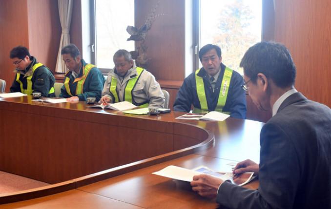 少雪に伴う除雪業者の窮状を小野寺正徳副町長(右)に訴える板宮一善会長(右から2人目)ら