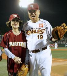 2009年9月、敬老の日のイベントで、始球式を行い笑顔で並ぶ楽天・野村克也監督と沙知代さん=Kスタ宮城