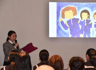 震災当時の経験を基にした紙芝居を披露する佐々木結菜さん