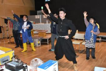 5周年となる公演に向け、熱心に稽古をする出演者たち