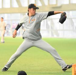 肘に負担の少ないフォームを目指し、ネットスローに打ち込む巨人の堀田賢慎=宮崎県総合運動公園