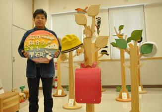 松くい虫被害拡大防止で伐採されたアカマツを使った作品を紹介する和山忠吉代表