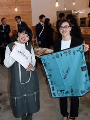 コミュニティーカフェやどり木で、開店準備を進める南舘則江代表(左)と熊谷由美さん