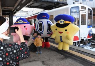 岩手町のIGRいわて沼宮内駅で三鉄車両やキャラクターとの写真撮影を楽しむ参加者