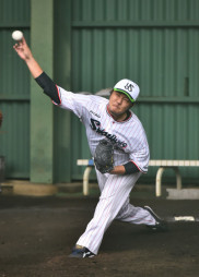 ブルペンで今キャンプ最多の153球を投げたヤクルト・風張蓮=宮崎県西都市・西都原運動公園