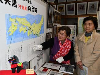 大夫黒の生涯を来場者に説明する千葉正子さん(左)