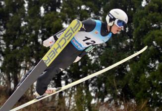 成年男子Bジャンプ 安定した飛躍を2本そろえ、3位に入った永井健弘(盛岡市役所)=富山県スキージャンプ場立山シャンツェ