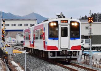 3月20日の全線運行再開を目指す三陸鉄道の車両。同22日は「復興の火」として聖火を運ぶ大役を担う=1月、山田町八幡町・陸中山田駅付近