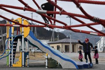 【2020年2月15日】 かさ上げ地に整備された中央公園で遊ぶ子どもたち。平穏な日常の一方でコミュニティー形成が課題となっている