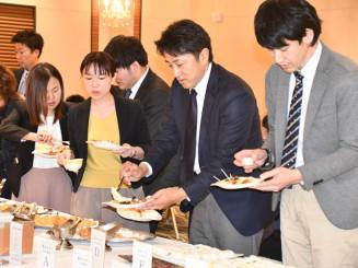 ユズを使った料理を楽しむ参加者