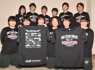 三陸鉄道の復興を応援する「リバウンドTシャツ」を手に、発売へ意気込む部員たち