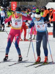 女子20キロリレー 岩手の3走田中ゆかり(左、West Wakka Athlete Club)が区間1位の滑りで3位に浮上し、アンカーの桐山はる菜(盛岡南高)につなぐ=南砺市・たいらクロスカントリーコース