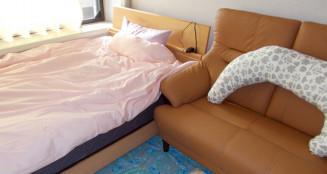 奥州市の宿泊ケアを受けられる部屋。助産師が常におり、食事も提供されるためほっと一息つくことができる
