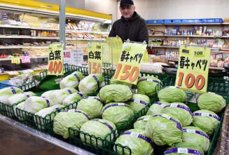 暖冬の影響で、盛岡市の青果店では葉物野菜が平年より安い値段で並ぶ