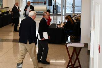 ICFA国際会議の会場に入る研究者=日本時間21日、米メンローパーク