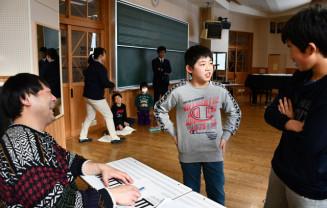 アンダーエイジの結城多聞さん(左)の前でネタを披露する子どもたち