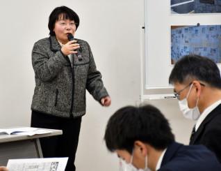 全校で取り組む新聞スクラップの効果を説明する胆沢中の渡辺政江教諭