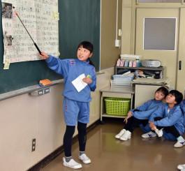 台風19号の報道をまとめたスクラップ新聞のクラス発表会