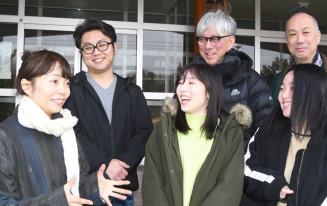 「もち」の公開が決まり、笑顔で再会を喜ぶ小松真弓さん(前列左)と佐藤由奈さん(同中央)ら出演者。後列中央は及川卓也さん=24日、一関市・旧本寺中