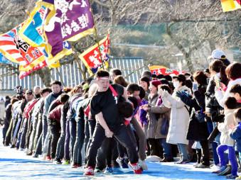 【2020年2月11日】 越喜来中の運動会の伝統競技「ヘビの皮むき」に取り組む住民有志。閉校が迫る学びやに、人々の声援と笑い声が響き渡った=大船渡市三陸町越喜来