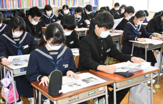 朝学習で東日本大震災発生直後の記事を読む仙北中3年生=盛岡市
