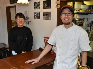 YAHABAR内にビストロフレンチ・プティボヌールを開店する小沢研さん(右)と二木文さん