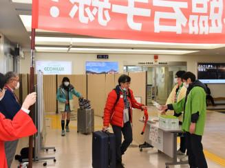 休止前最後の台湾便で花巻空港に到着した搭乗客ら=29日、花巻市東宮野目