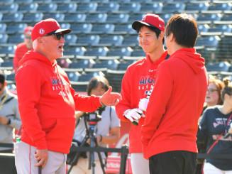 打撃練習前にマドン監督(左)と談笑するエンゼルスの大谷翔平=テンピ