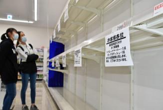 トイレットペーパーと箱入りティッシュペーパーが一時的に棚から消えた売り場=1日、矢巾町藤沢・薬王堂矢巾SC店