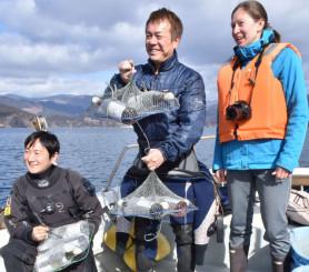海中に貯蔵するワインを準備する佐々木淳さん(中央)とプロヴォ・イザベルさん(右)