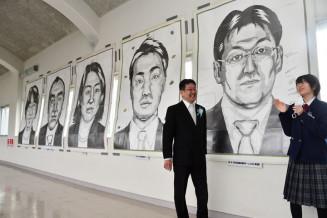 肖像画の前で談笑する照井鈴彩さん(右)と浜山勝教諭