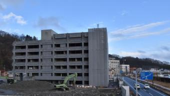 【2020年2月17日】 解体作業中の宮古市役所旧庁舎。周辺はそのありようをまた変えようとしている