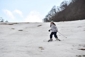 下草が露出した花巻市営鉛温泉スキー場。前倒しで今季の営業を終了した=1日、花巻市鉛