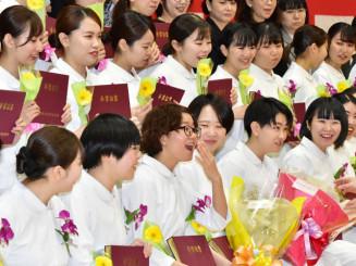 卒業式を終え、3年間の学びを振り返る卒業生たち