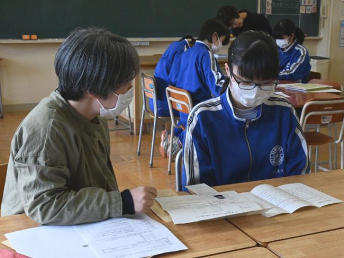入試当日の注意点を確認する玉山中の3年生