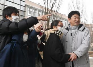 合格を確認して喜ぶ受験生ら=4日午後1時、滝沢市巣子・県立大