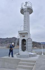 運用が始まった吉里吉里漁港の灯台。東日本大震災で被災した県内の灯台が全て復旧した=4日、大槌町吉里吉里