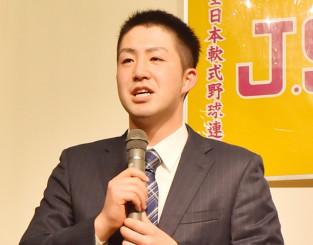 日本野球機構と研修審判員契約した加倉侑輝さん。県野球協会の激励を受け、育成審判員を目指す=盛岡市内
