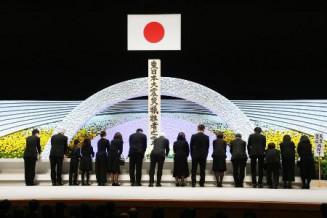 2019年3月11日、政府主催の追悼式で献花する遺族ら=東京都千代田区の国立劇場
