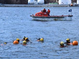 海中で震災行方不明者の手掛かりを探す潜水士