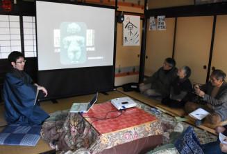 御所野遺跡の歴史的価値について説明する後藤宗一郎さん(左)