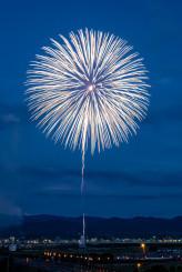 3月11日に釜石市鵜住居町で打ち上げられる鎮魂の花火「白菊」(長岡市の木村信男さん提供)