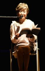震災体験の証言を情感込めて朗読する竹下景子さん
