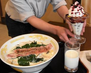 一戸町産の牛乳を際立たせたラーメンや、ヨーグルトを使ったパフェを提供する味彩工房逢坂。町内飲食店で「乳和食」メニューが広がっている