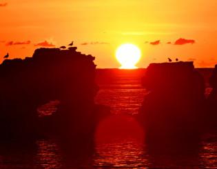 洋野町の種市海浜公園から見えた水平線に浮かび上がる朝日