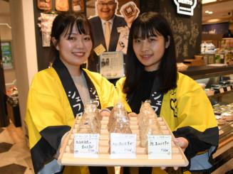 「東日本大震災を忘れない」などのメッセージを込めたおにぎりを販売する中平侑歩さん(左)と西井佳音さん