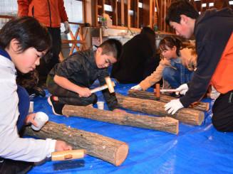 なのりの杜の屋外休憩棟でシイタケの植菌作業に励む子どもたち
