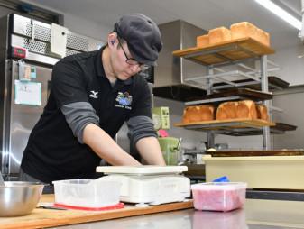 震災で犠牲になった祖母良子さんを思い、パンを作り続ける堂田祐輔さん