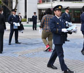 東日本大震災9年の本紙特別号外を配布する消防職員ら。2011年3月には野田村で捜索活動に携わった=11日、那覇市久茂地